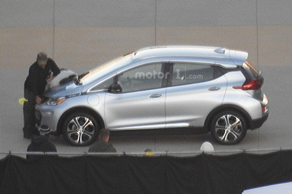 2017-chevrolet-bolt-spy-photo (1)