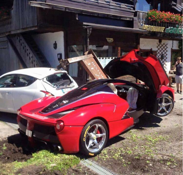 Ferrari LaFerrari Crash 6 - Два суперкара LaFerrari  столкнулись в Италии