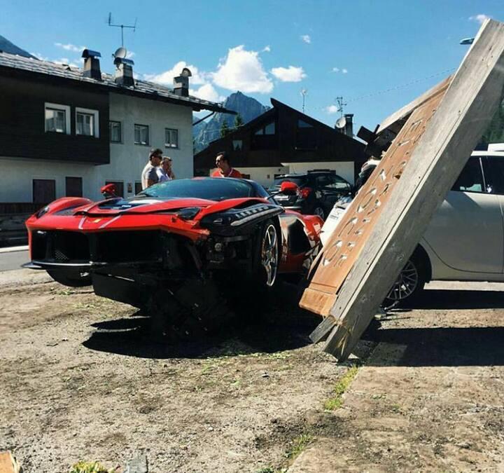 Ferrari LaFerrari Crash 7 - Два суперкара LaFerrari  столкнулись в Италии